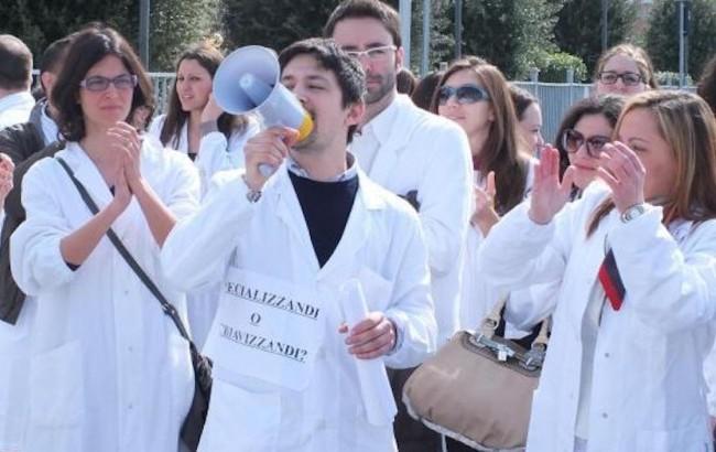 Giovani medici in protesta al Miur per il mancato accesso alle scuole di specializzazione