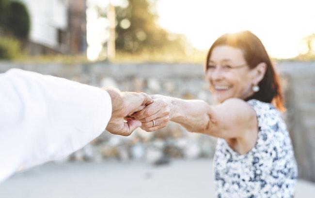 Caregiving: l'86% delle donne assiste familiari, ma le tutele sono poche