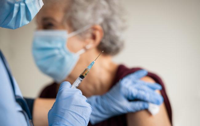 Vaccini anti-Covid: consegnato solo il 29,5% delle dosi previste per il primo semestre